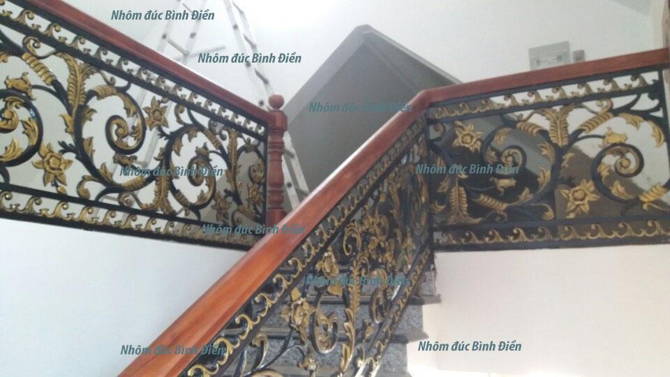 Cầu thang nhôm đúc BS-004 mẫu hoa hồng màu đen nhũ đồng