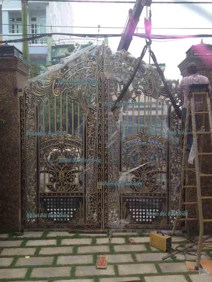 Thi công cổng nhôm đúc tại Bình Tân